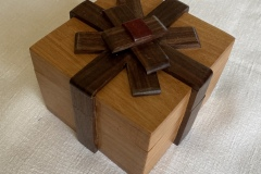 Wooden-Gift-Box-with-wooden-ribbonlid-opens