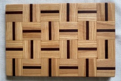 Wooden-cutting-board-symmetrical-squares-design